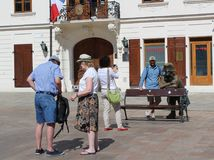 Turyści bierze obrazki Napoleon statua w Bratislava, Sistani Zdjęcia Royalty Free
