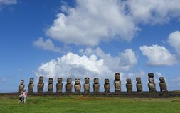 Turyści bierze selfie przed Ahu Tongariki, Wielkanocna wyspa, Chile Obraz Royalty Free
