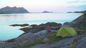 Turyści blisko namiotu na brzeg fjord zbiory wideo