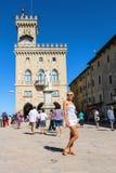 Turyści blisko Palazzo Pubblicco w San Marino Obraz Stock