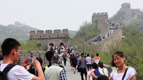 TURY?CI chodzi w g?r? i na d?? schodk?w wielki mur, Maj 08, 2013, Pekin, porcelana Pekin CHINY, MAJ - 08, 2013 - zbiory