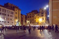 Turyści chodzi w piazza Della Rotonda panteonie w Rzym Zdjęcia Royalty Free
