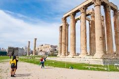Tury?ci fotografuje przed Greck? ?wi?tyni? Olimpijski Zeus z akropolem Ateny w tle zdjęcie stock