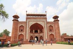 Turyści i indianie chodzi blisko bramy Taj Mahal Zdjęcie Stock