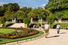 Turyści i parisians relaksuje w Luksemburg ogródach paris Zdjęcia Stock
