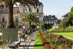 Turyści i parisians relaksuje w Luksemburg ogródach paris Fotografia Royalty Free