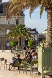 Turyści i parisians relaksuje w Luksemburg ogródach paris Obraz Stock