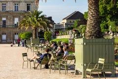 Turyści i parisians relaksuje w Luksemburg ogródach paris Fotografia Stock