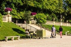 Turyści i parisians relaksuje w Luksemburg ogródach paris Zdjęcie Stock