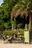 Turyści i parisians relaksuje w Luksemburg ogródach paris Zdjęcia Royalty Free