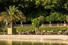 Turyści i parisians relaksuje w Luksemburg ogródach paris Obrazy Stock