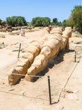 Turyści i statua atlant w Agrigento, Sicily Zdjęcie Royalty Free