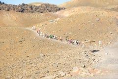 turyści kameni wspinaczkowy nea up wulkan Obraz Royalty Free