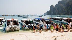 Turyści na brzeg wyspa Phi Phi Doh, Tajlandia Zdjęcia Stock