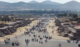 Turyści na drodze nieboszczyk teotihuacan Meksyk zdjęcia royalty free