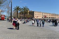 Turyści na miasto ulicie Barcelona Hiszpania Zdjęcia Stock