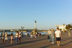 Turyści na quay czarny denny miasto blisko zabytku przedziuraweni statki Obrazy Stock