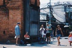 Turyści na Tha-Pae bramie obraz royalty free