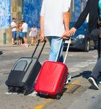 Turyści niesie torby na ulicie Obrazy Royalty Free