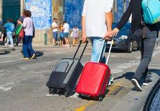 Turyści niesie torby na ulicie Obrazy Stock