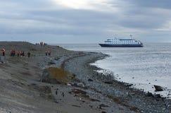 Turyści od statku wycieczkowego Przez Australis na Chilijskiej wyspie Magdalena Zdjęcia Royalty Free