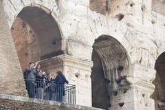 Turyści odwiedza kolosseum Zdjęcia Royalty Free