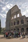 Turyści odwiedza kolosseum Zdjęcie Royalty Free