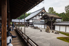 Turyści patrzeje zen otoczaka kamiennego ogród Zdjęcie Stock