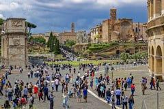 Turyści przy Colosseum miejscem w Rzym zdjęcia royalty free