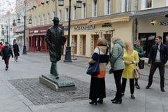 Turyści przy zabytkiem kompozytor Sergei Prokofiev w Kamergersky pas ruchu w Moskwa zdjęcie royalty free