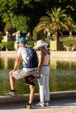 Turyści relaksuje w Luksemburg ogródach Paris france Obrazy Stock