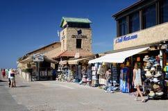 Turyści robi zakupy i chodzi przy Nowym Paphos schronieniem w Paphos, Cypr Fotografia Royalty Free