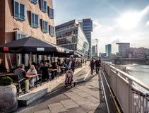 Turyści siedzi w chodniczek kawiarni Zdjęcie Stock