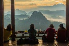 Turyści siedzi w wiejskiej restauraci i ma jedzenie podczas gdy looki Zdjęcia Royalty Free