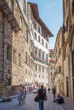 Turyści spaceruje przez starych ulic w centrum Flor Zdjęcia Royalty Free