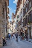 Turyści spaceruje przez starych ulic w centrum Flor Obraz Royalty Free