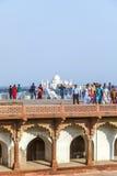 Turyści w Czerwonym forcie w Agra z Taj Mahal w tle Zdjęcie Royalty Free