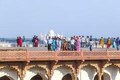 Turyści w Czerwonym forcie w Agra z Taj Mahal w tle Obraz Stock