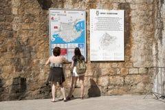 Turyści w Dubrovnik mapy czytaniu Zdjęcie Royalty Free