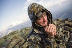 Turyści w górach w jesieni Zdjęcia Royalty Free