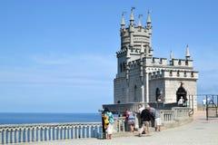 Turyści w Grodowym dymówki gniazdeczku w Crimea obrazy stock