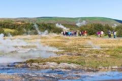 Turyści w Haukadalur terenie w Iceland Obrazy Stock