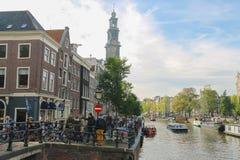 Turyści w historycznym centrum miasta amsterdam, holandia Zdjęcie Stock