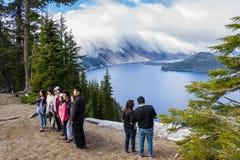 Turyści w Krater jeziorze Zdjęcie Royalty Free