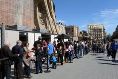 Turyści w linii dla Sagrada Familia Obrazy Royalty Free