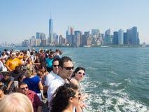 Turyści w statku wycieczkowym na zatoce Nowy Jork Fotografia Stock