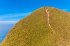 Turyści wycieczkuje dalej góry przy Kanchanabur (Khao Chang Puak) Zdjęcie Stock