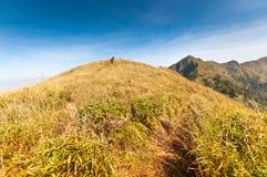 Turyści wycieczkuje dalej góry przy Kanchanabur (Khao Chang Puak) Fotografia Stock