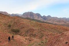 Turyści wycieczkuje góry w Feynan naturalnej rezerwie w Jordania Zdjęcia Stock