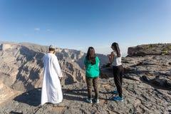 Turyści z Omani przewdonikiem przy Uroczystym jarem, Oman Zdjęcie Royalty Free